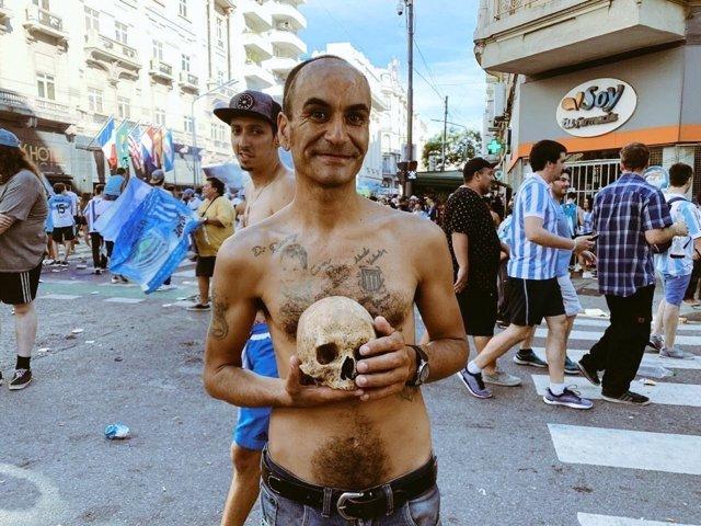 Un hincha de Racing de Avellaneda desentierra el cráneo de abuelo para celebrar