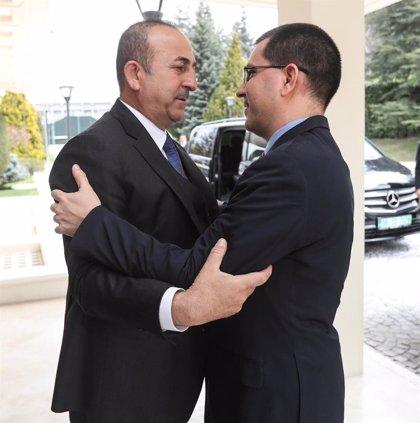 Cavusoglu ratifica en una reunión con Arreaza el apoyo del Gobierno turco a Maduro