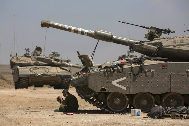 Carro de combate israelí junto a la frontera de Gaza