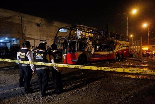 Las autoridades peruanas rebajan a 17 los muertos por el incendio de un autobús
