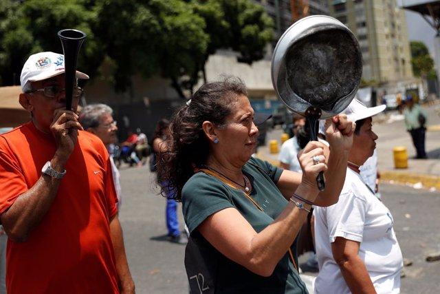 Venezuela.- Los venezolanos salen de nuevo a las calles para protestar por la fa