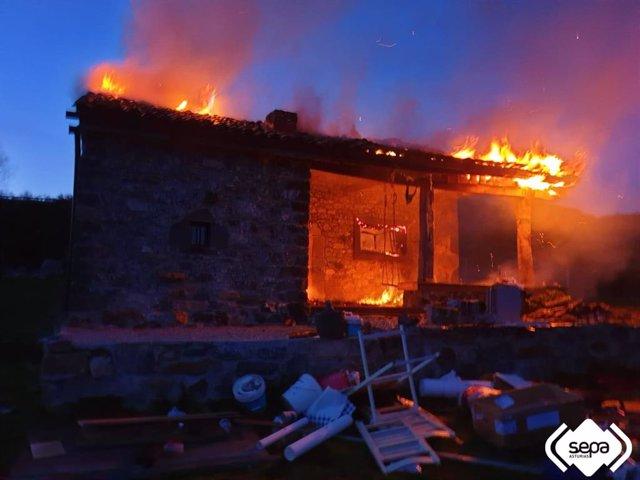 Sucesos.- El fuego calcina la techumbre y el interior de una cacaña en Maraña, L