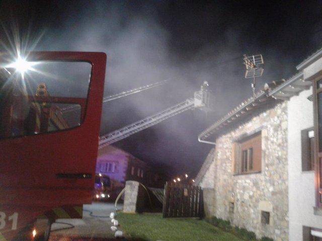 Un incendio en una vivienda de Orzales causa daños de importancia aunque no heri