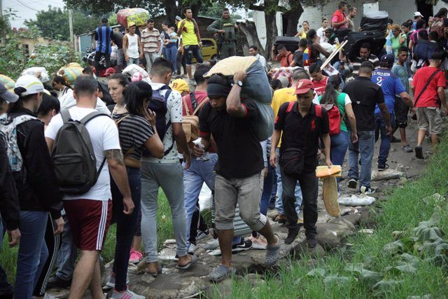 Venezuela.- Miles de venezolanos rompen las barreras de seguridad en la frontera
