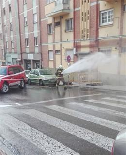 Sucesos.- La rotura de una tubería provoca un escape de gas en la calle Menéndez