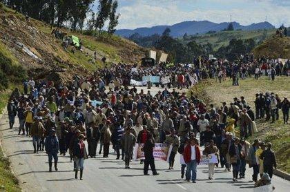 Un muerto y seis heridos tras enfrentamientos entre la policía e indígenas colombianos que bloquean la vía Panamericana
