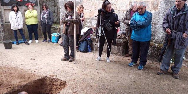 Escavan en Beade (Lugo) unha fosa común para recuperar os restos do exalcalde r