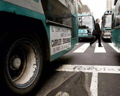 Detienen a un hombre por abusar presuntamente de una pasajera mientras dormía en un autobús de Bahía Blanca, Argentina