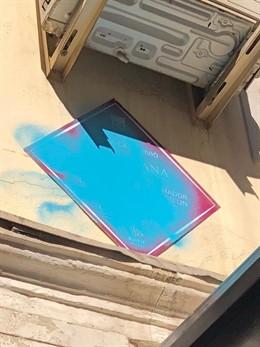 La placa del poeta Marcos Ana en Madrid aparece con pintadas azules una semana d