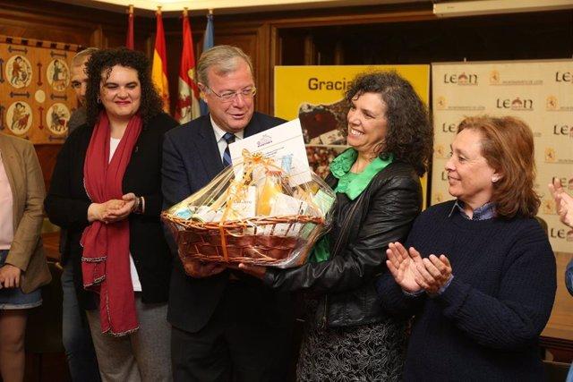 El Ayuntamiento de León entrega a la periodista Ana Gaitero el V Premio a la lab