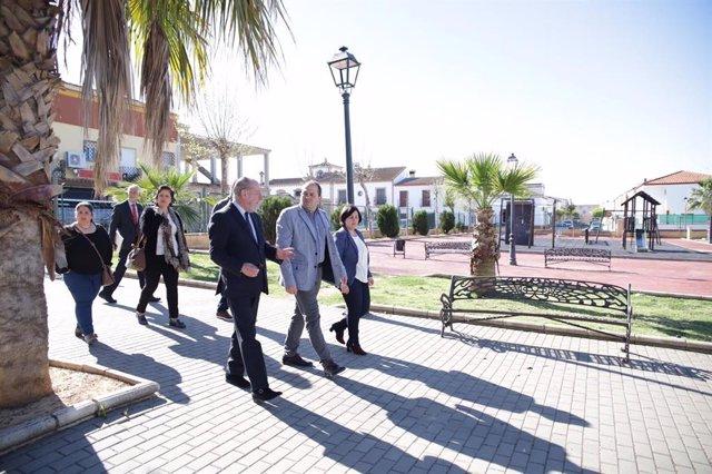 Sevilla.- Supera.- Villalobos y el alcalde de Albaida comprueban los remozados c