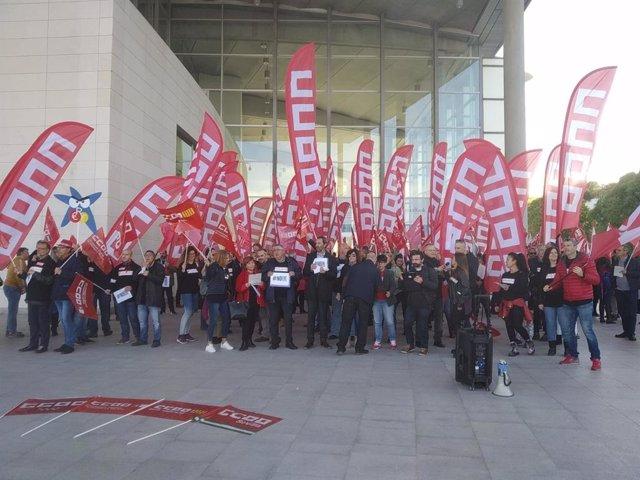 """Treballadors mostren la seva """"indignació"""" per l'ERE davant la Junta de CaixaBank"""