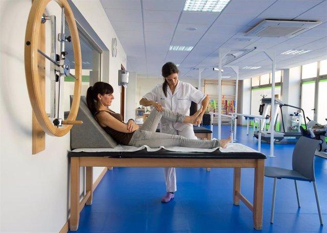 Una Paciente Es Atendida Por Una Fisioterapeuta