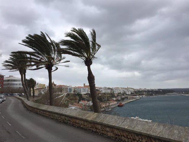 Menorca y el norte de Mallorca, en aviso naranja este martes por oleaje