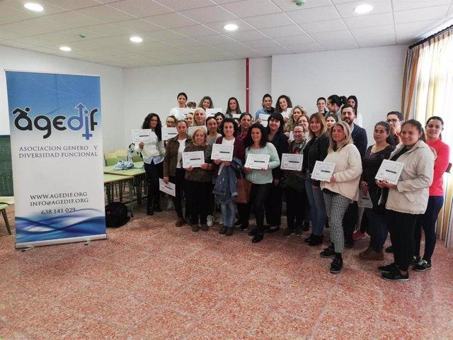 CádizAlDía.- Más de 160 mujeres se diploman en 'Atención a personas dependientes