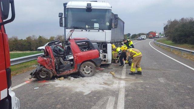 AMP.- Sucesos.- Muere un conductor en un choque contra un camión en Sant Guim de Freixenet (Lleida)
