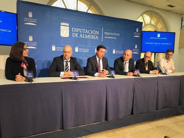 Administraciones y empresarios en la mesa del Pacto por Empleo en Huércal-Overa.