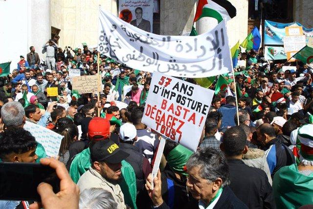 Algerians protest against regime