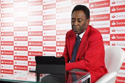 """Pelé se siente """"mucho mejor"""" tras su ingreso hospitalario en Francia"""