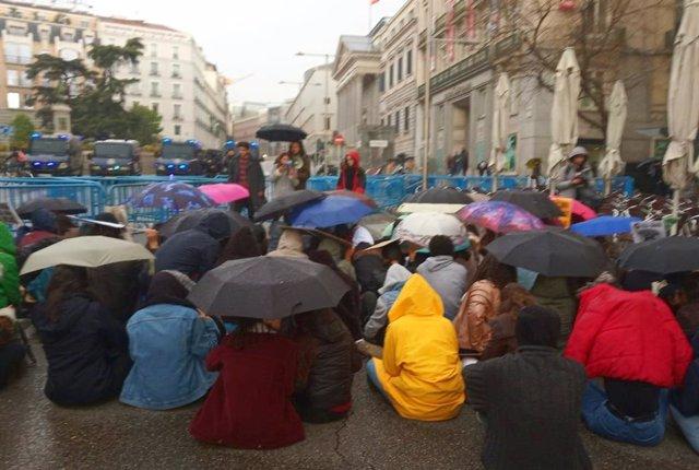 """Jóvenes vuelven a protestar en el Congreso contra el cambio climático: """"Nos ha g"""