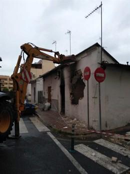 """Sevilla.- Urbanismo derriba un edificio abandonado de la Macarena por """"riesgo in"""