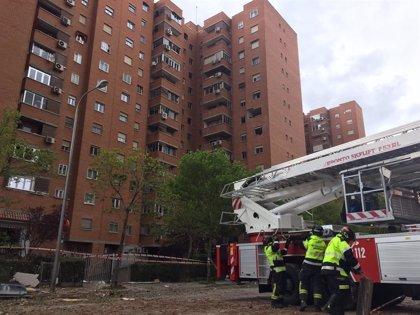 Vecinos afectados por la explosión en un edificio de Vallecas empiezan a recoger sus enseres personales