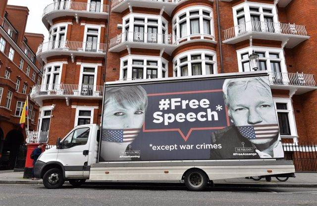 """Ecuador tacha de """"rumores infundados"""" la inminente expulsión de Assange de su Em"""