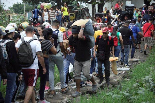 Miles de venezolanos rompen las barreras de seguridad en la frontera para cruzar