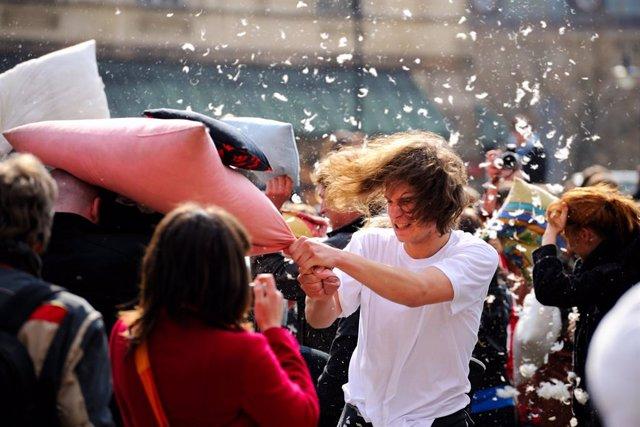 6 De Abril: Día Internacional De La Lucha De Almohadas, ¿Te Unes A La Guerra?