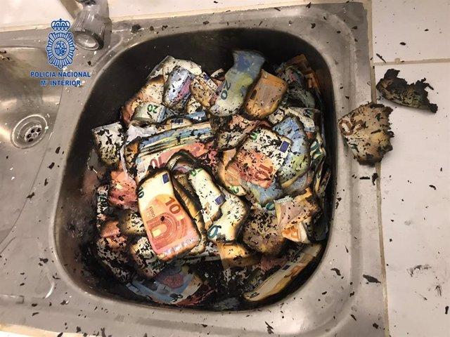Uno de los detenidos de la llamada 'operación Kira' quemó varios fajos de billet