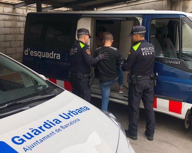 Successos.- 46 detinguts per guiar turistes fins a clubs cannábicos il·legals en