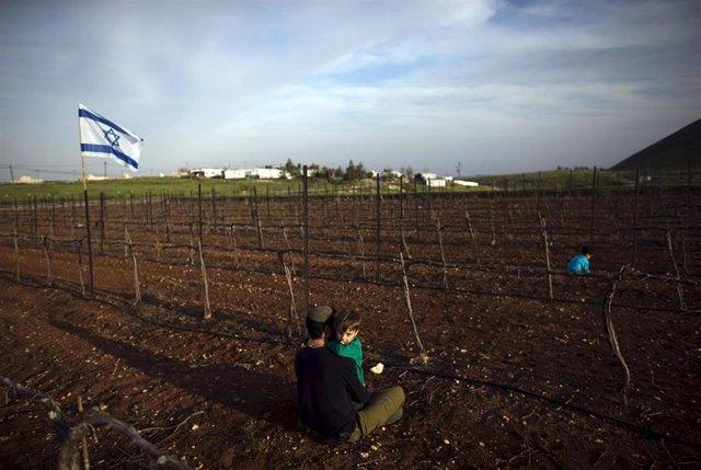 Un colono judío y su hijo junto al asentamiento de Mitzpe Kramin