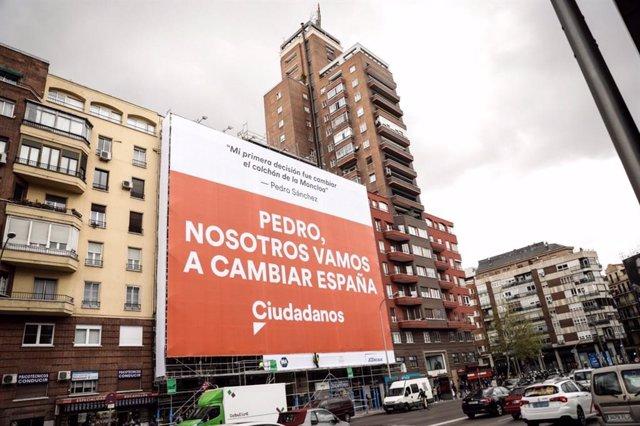 28A.- Cs se burla de Sánchez con un cartel electoral donde dice que Rivera cambi
