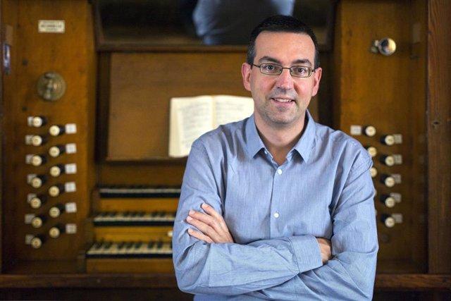 El organista Raúl del Toro Sola recibe un premio del Orfeón Donostiarra y la UPV