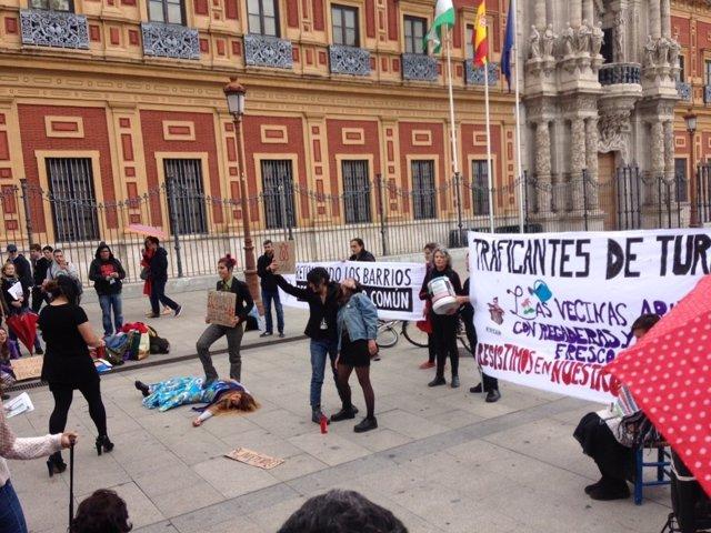 """Sevilla.- Unas 200 personas exigen a la Junta y al Ayuntamiento """"repensar el mod"""