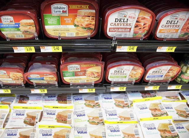 Etiquetado de alimentos. Alimentos envasados en un supermercado