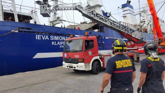 Bomberos de Las Palmas de Gran Canaria apagando un fuego en el Puerto