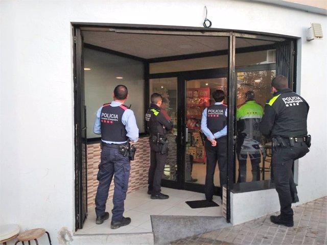 Successos.- Un detingut i 20 identificats en una batuda en un bar de Palafrugell
