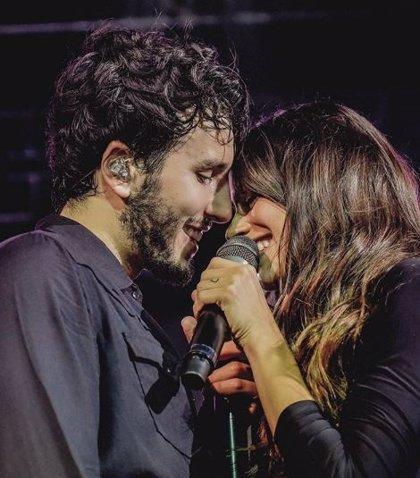 Sebastián Yatra besa en pleno directo a Tini Stoessel en el Luna Park de Argentina