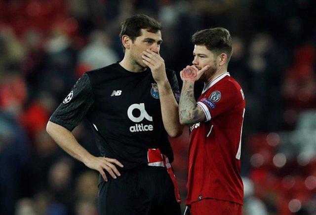 Iker Casillas y Alberto Moreno en un Liverpool-Oporto
