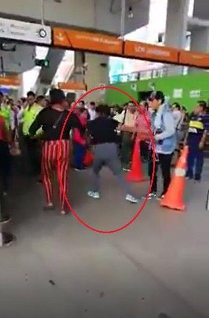 Graban a dos mujeres peleándose a cuchillazos en el Metro de Lima