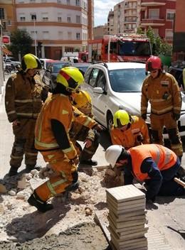 Los bomberos actúan en el escape de gas en Crevillent.