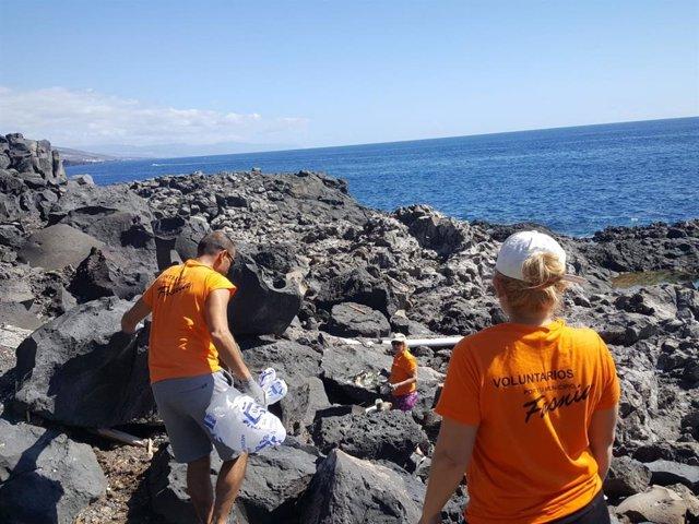 Retiran 350 kilos de residuos de la costa de Fasnia (Tenerife)
