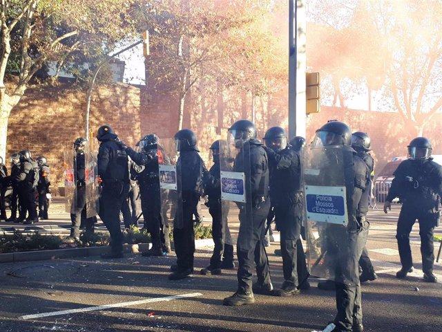 Mossos d'Esquadra en las protestas en Barcelona por el Consejo de Ministros
