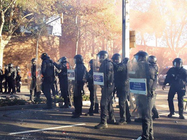 Mossos d'Esquadra en les protestes a Barcelona pel Consell de Ministres