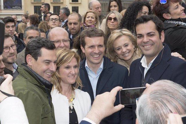Pablo Casado pasea por el centro de Jaén
