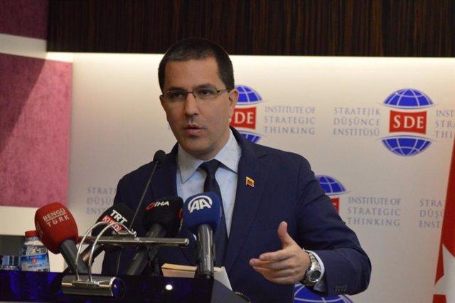 """Arreaza anuncia una respuesta por """"vías no convencionales"""" al veto de EEUU al en"""