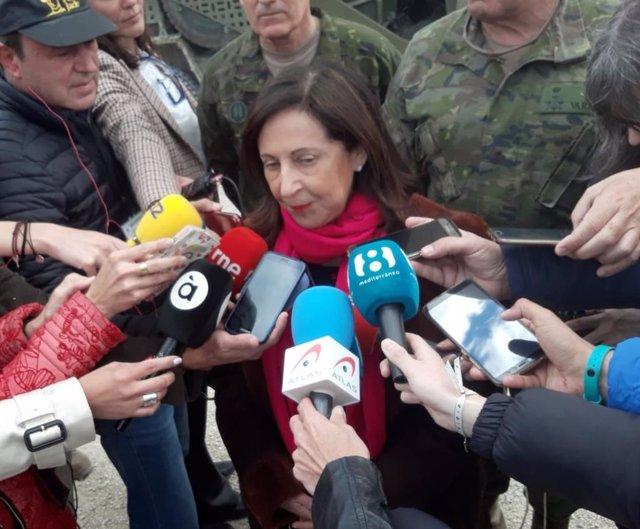 """Robles dice que se aplica la normativa """"vigente"""" sobre banderas en los cuarteles"""
