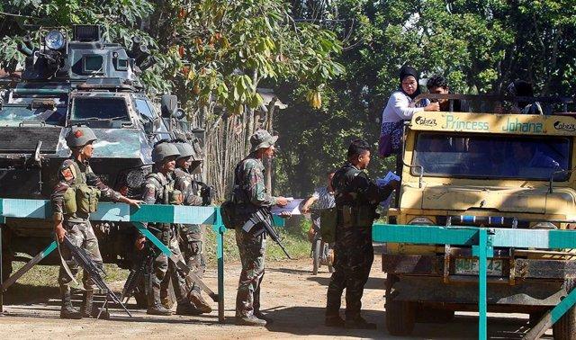 Soldados filipinos buscan a milicianos de Abú Sayyaf