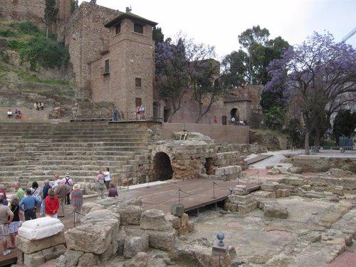 Turistas En El Teatro Romano Y La Alcazaba De Málaga Capital